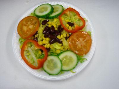 Gemischter Salat mit Kraut, Eisbergsalat, Mais, Bohnen, Tomaten, Gurke und Paprika