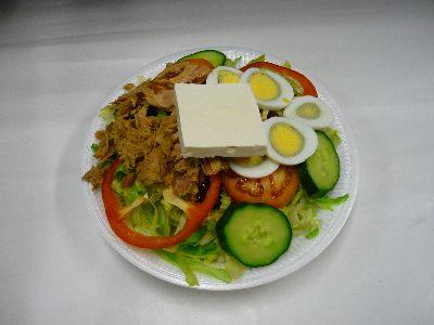 Gemischter Salat mit Thunfisch, Ei und Schafskäse