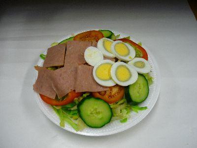 Gemischter Salat mit Schinken und Ei