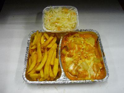 Putensteak, überbacken mit Ananas, mit Pommes und Krautsalat