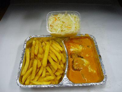 Kleines Suflaki, überbacken, mit Pommes und Salat