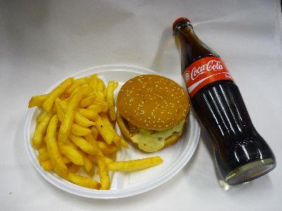 Hamburger mit Pommes und Cola