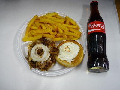 Gyrosburger mit Pommes und Cola