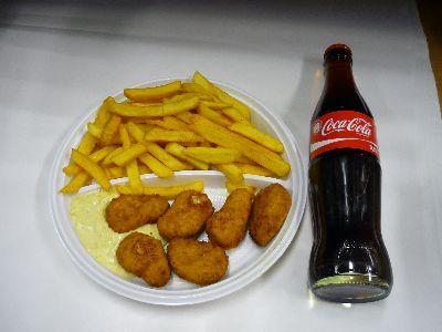 Chicken-Nuggets mit Pommes und Cola